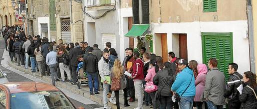 La cola para dejar el currículum en Palma Activa daba la vuelta a la calle y hubo personas que esperaron más de una hora.
