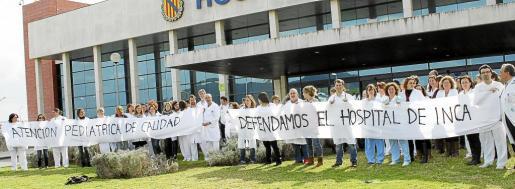 Unos 100 profesionales de diferentes ámbitos médicos se concentraron ayer en las puertas del hospital.