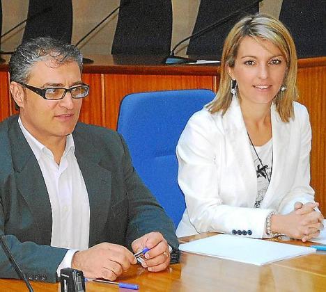 El alcalde, Llorenç Suau, y la regidora Estefanía Gonzalvo.