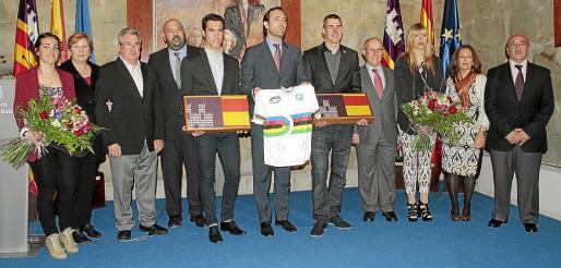 Muntaner y Torres, con sus parejas, Mar y Laura (izquierda), y junto a Tauler, Mas y María Mora. Fotos: JOAN TORRES
