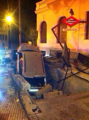 El conductor empotró su coche en la boca de metro.