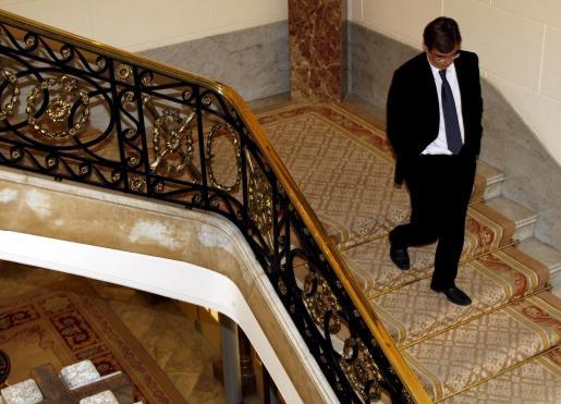 Antich, descendiendo cabizbajo las escaleras del Parlament balear, que celebró sesión plenaria con la crisis sobrevolando el turno de preguntas al Ejecutivo.