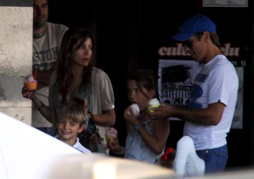 El cordobés junto a su esposa e hijos, en el Passeig Marítim.