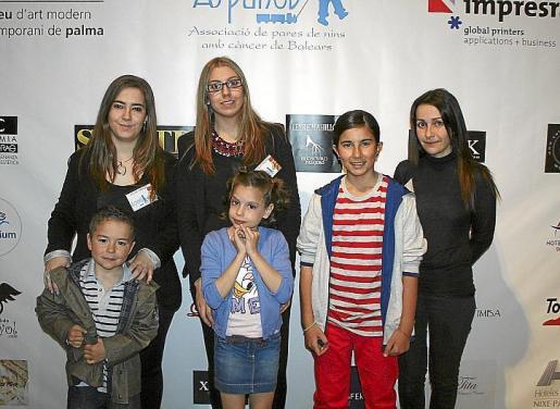 Las voluntarias de Aspanob Isabel González, Roser Pons y Xisca Vicens con los niños Miguel Font, Esther Sánchez y Sara García.