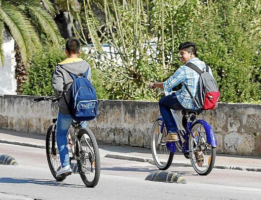 Menorca Ciutadella ciclistas sin casco biciletas estudiantes