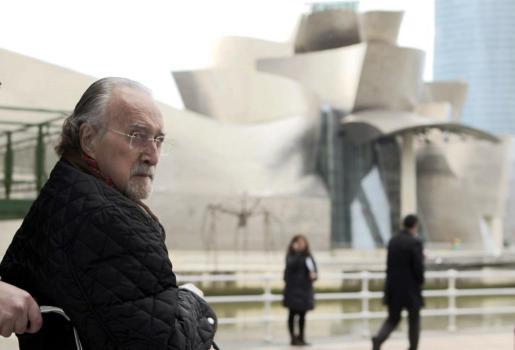 Fotografía de archivo, tomada el 29/01/2014, del alcalde de Bilbao, Iñaki Azkuna, ante el museo Guggenheim.