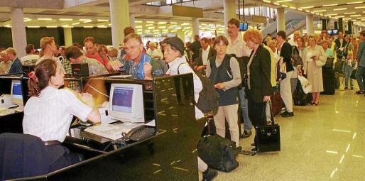 Colas en el aeropuerto de Son Sant Joan durante la huelga de controladores en el Puente de la Constitución de 2010.