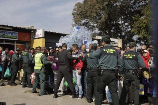 La Guardia Civil intenta poner orden en el puesto fronterizo de Beni Enzar, tras el aviso de una entrada de inmigrantes en masa.