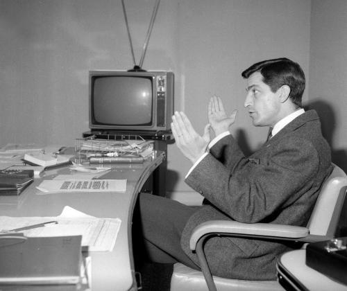 Fotografía de archivo, tomada en Madrid el 8/04/1965, del expresidente del Gobierno Adolfo Suárez, durante una entrevista cuando era director de la primera cadena de TVE.