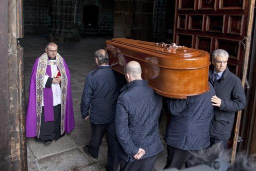 Los restos mortales de Amparo Illana, esposa del difunto expresidente del Gobierno Adolfo Suárez, a su llegada hoy a la catedral de Ávila tras ser exhumados del convento abulense de Mosen Rubí, donde permanecían desde que fue enterrada en mayo de 2001.