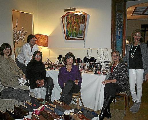 Silvia March, Alvaro Sasi, Delia Vicens, Carmen Pardo, Águeda Ropero y Ana Jurado en el 'Pop up store' organizado en la casa de Ana Vara de Rey.