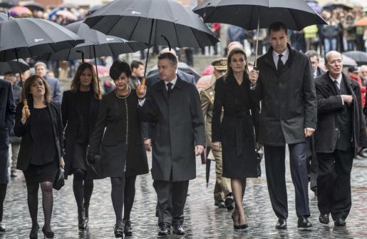 Los Príncipes don Felipe y Doña Letizia (d), acompañados por el lehendakari Iñigo Urkullu (c) y su mujer, así como la presidenta de la Cámara vasca, Bakartxo Tejeria (2i), y la vicepresidenta del Gobierno, Soraya Sáenz de Santamaría (i), a su llegada hoy al funeral en memoria del alcalde de Bilbao, Iñaki Azkuna.