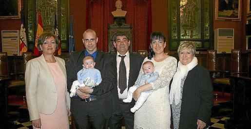 Los novios, con sus padres: María José Moreno, Francisco Fernández y Macarena Solano.
