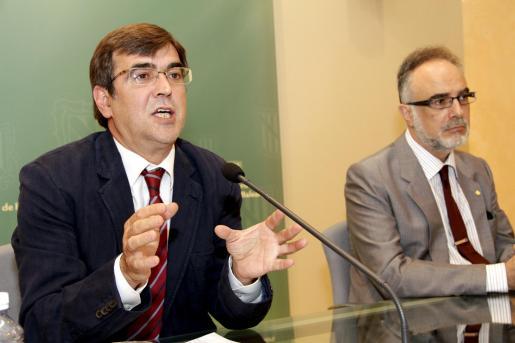Francesc Antich y Carles Manera, ayer en rueda de prensa para anunciar la continuidad de las inversiones previstas.