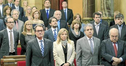 El presidente de la Generalitat, Artur Mas (i), durante el minuto de silencio que el Parlamento catalán ha guardado por la muerte de Adolfo Suárez.