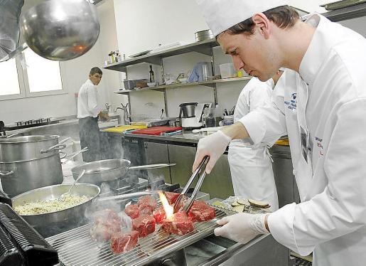 El sector de la hostelería y la restauración sigue creando empleo, pero precario.