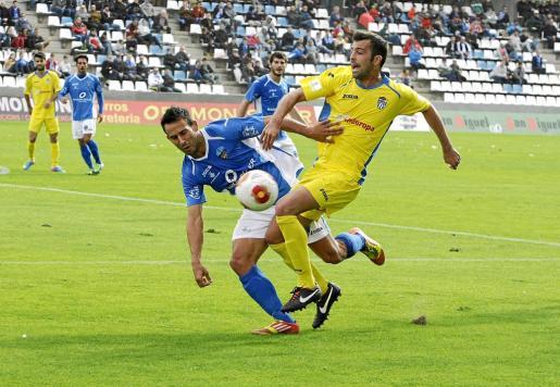Imagen del centrocampista del Atlètic Balears Joan Oller recibiendo la entrada de un jugador del Lleida en el encuentro de la primera vuelta.
