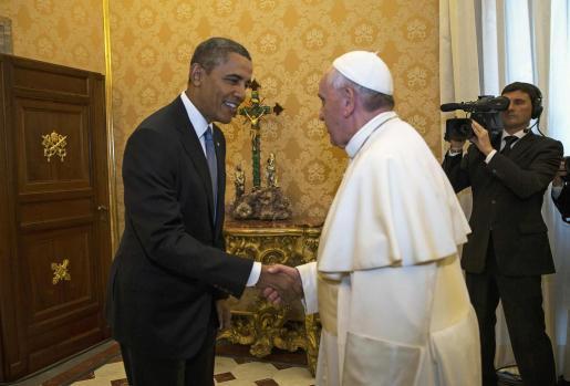 Barack Obama saluda al Papa, a su llegada a El Vaticano.