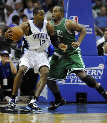 El jugador de los Magic de Orlando Dwight Howard (i) trata de evadir a Glen Davis (d) de los Celtics de Boston en el partido que los enfrentó ayer.