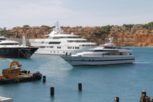 El yate 'Foners', llegando a Port Adriano.
