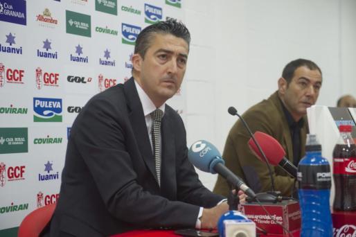 El secretario del consejo de administración y abogado del Granada CF, Pedro González (i), durante la rueda de prensa ofrecida hoy en la sede del club.