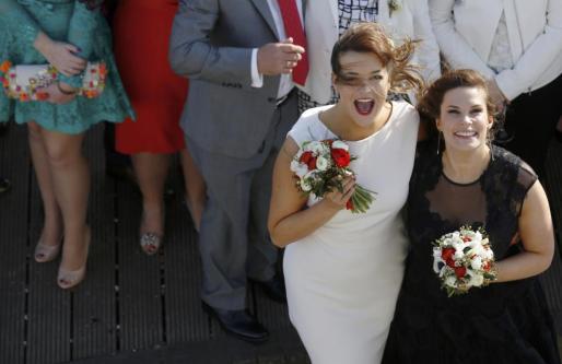 Sarah Keith y Emma Powell posan tras casarse en el sur de Inglaterra.
