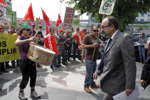 Pere Aguiló recibió pitadas por parte de los representantes sindicales concentrados en protesta por las medidas adoptadas contra el déficit público. aprobadas hoy en el Congreso.