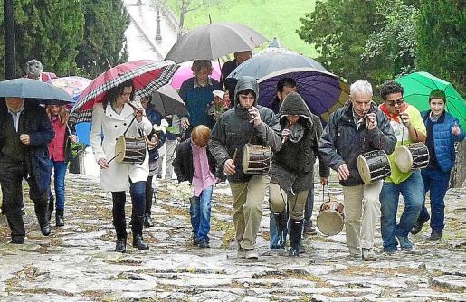 La subida a pie a Consolació tuvo que hacerse con paraguas.