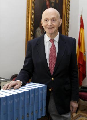El director de la Real Academia de la Historia (RAH), Gonzalo Anes, posa junto a varios tomos del Diccionario Biográfico Español.