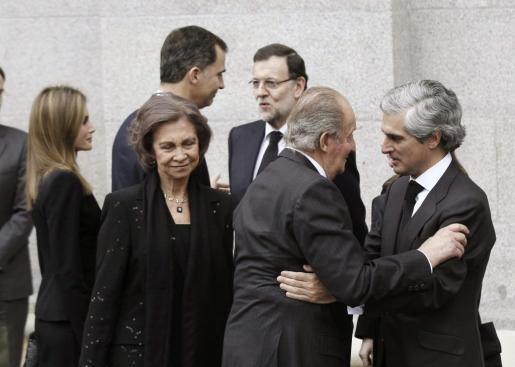 El rey Juan Carlos saluda a Adolfo Suárez Illana, en presencia de la reina Sofía, los Príncipes de Asturias, Felipe y Letizia, y el presidente del Gobierno, Mariao Rajoy, a su llegada hoy a la catedral de la Almudena.