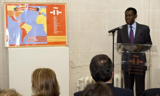 El presidente de Guinea Ecuatorial, Teodoro Obiang NGuema (d), durante la conferencia que ha pronunciado hoy en el Instituto Cervantes en Bruselas.