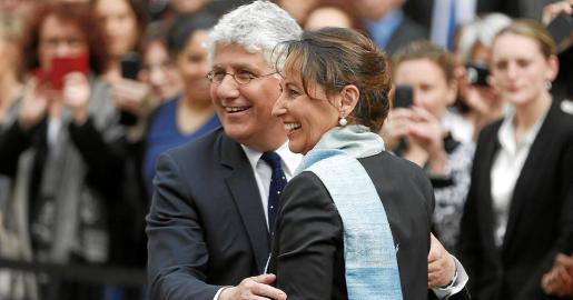 La nueva ministra francesa de Ecología, Ségolène Royal, saluda a su predecesor, Philippe Martin, a su llegada al Ministerio.