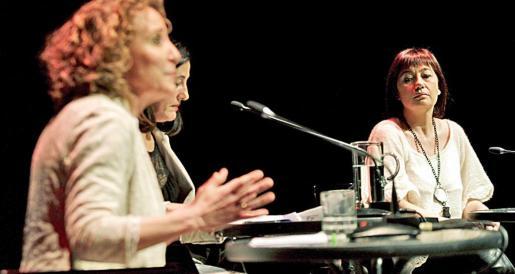 Armengol escucha una intervención de Calvo. Entre ambas, Marisa Goñi, la moderadora. Fotos: PERE BOTA