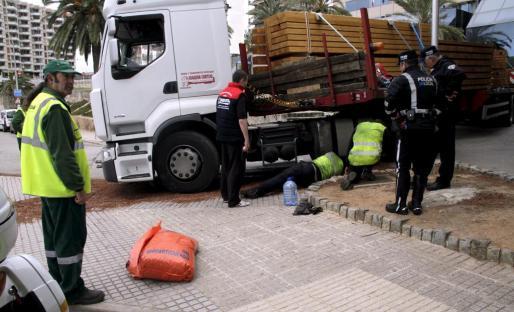 El camión ha sido inmovilizado hasta controlar el vertido.