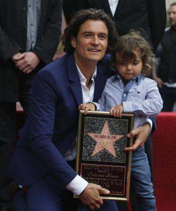 Orlando Bloom, con su hijo Flynn, descubriendo su estrella en el Paseo de la Fama de Hollywood.