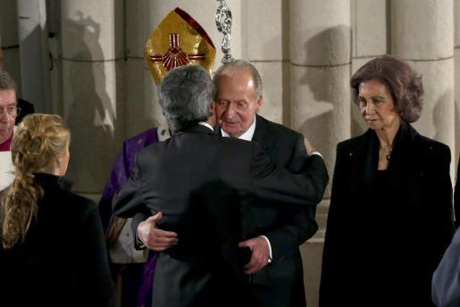 El rey Juan Carlos junto a la reina Sofía, da el pésame a Adolfo Suárez Illana, ante su esposa, Isabel Flores (i), al finalizar el funeral de Estado por el primer presidente de la democracia Adolfo Suárez.