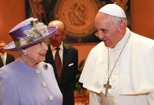El Papa Francisco (d), cabeza de la Iglesia Católica conversa con la reina Isabel II (i), gobernadora suprema de la Iglesia de Inglaterra .