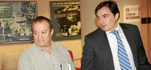 El exlíder de UGT Lorenzo Bravo, izquierda, junto a su abogado, Pablo Alonso de Caso.
