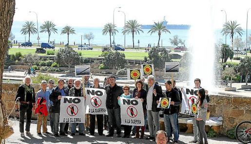 Protesta celebrada a mediodía de ayer en Dalt Murada por una veintena de miembros de Esquerra Unida contra la presencia del 'Harry S. Truman', que aparece en la bahía.