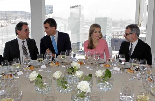 El príncipe Felipe conversa con el presidente de la Generalitat, Artur Mas, y Doña Letizia con el presidente de Puig, Marc Puig, momentos antes del almuerzo ofrecido hoy tras la inauguración en L'Hospitalet de la nueva sede del grupo de perfumería Puig, que alcanzó el pasado año un beneficio neto atribuido de 176 millones de euros, un 2 % más que en 2012.