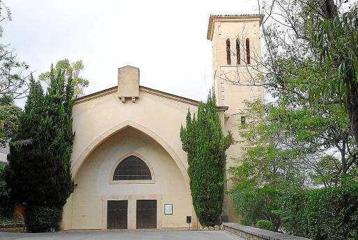 La iglesia, ubicada en la urbanización de Los Encinares, lleva más de dos años cerrada.