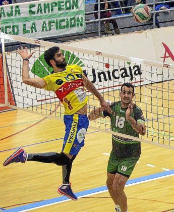 Costa se dispone a rematar durante el primer partido ante Unicaja.