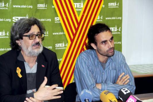 Biel Caldentey y Lluís Segura, del STEI-I, esta mañana durante la rueda de prensa.