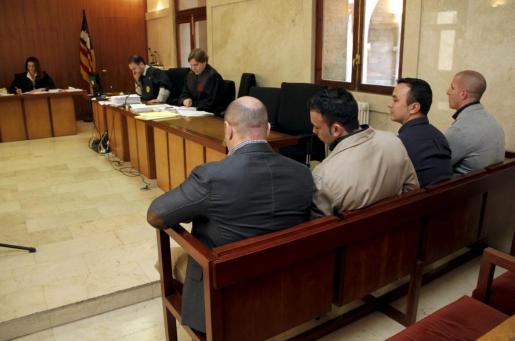 Los cuatro guardias civiles acusados de torturar a dos detenidos en el cuartel de Palmanova, durante el juicio.