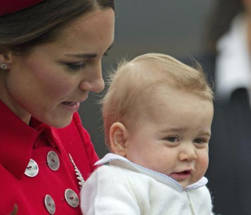 Kate Middleton y su bebé, en el aeropuerto a su llegada a Wellington.