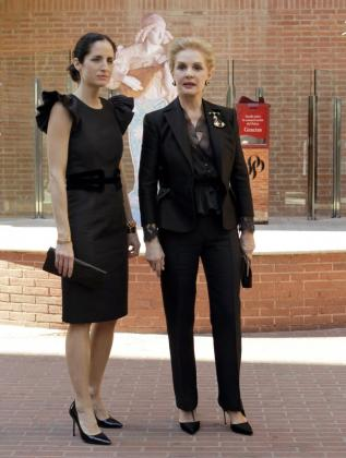 La diseñadora venezolana Carolina Herrera (d) y su hija, Carolina Adriana, llegan al Palau de la Música donde el grupo de moda y fragancias Puig celebra una convención para conmemorar su centenario.