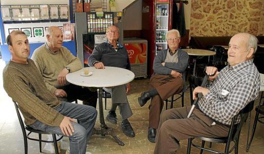 Un grupo de vecinos de Pòrtol, comentando ayer la noticia de los robos en las casas habitadas.