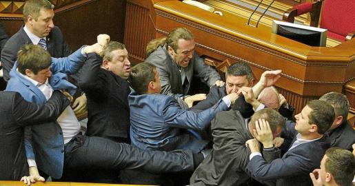 Deputies clash during a session of the parliament in Kiev, April 8, 2014 REUTERS/Valentyn Ogirenko (UKRAINE - Tags: POLITICS CIVIL UNREST TPX IMAGES OF THE DAY) UKRAINE-CRISIS/