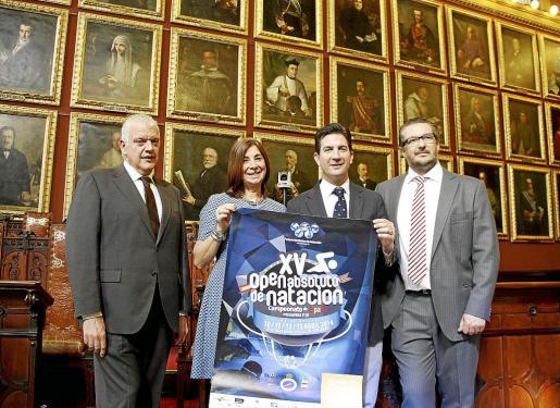 Damián Vich, Elena Mena, Fernando Gilet y Raúl García, ayer, en la sala de plenos de Cort.