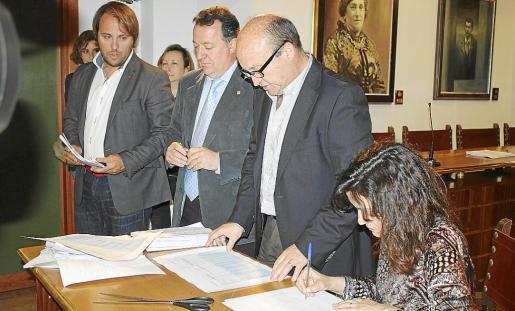 Jerez y Torres, junto al secretario que dio a conocer ayer la oferta ganadora para ejecutar las obras de reforma del Teatre Principal.